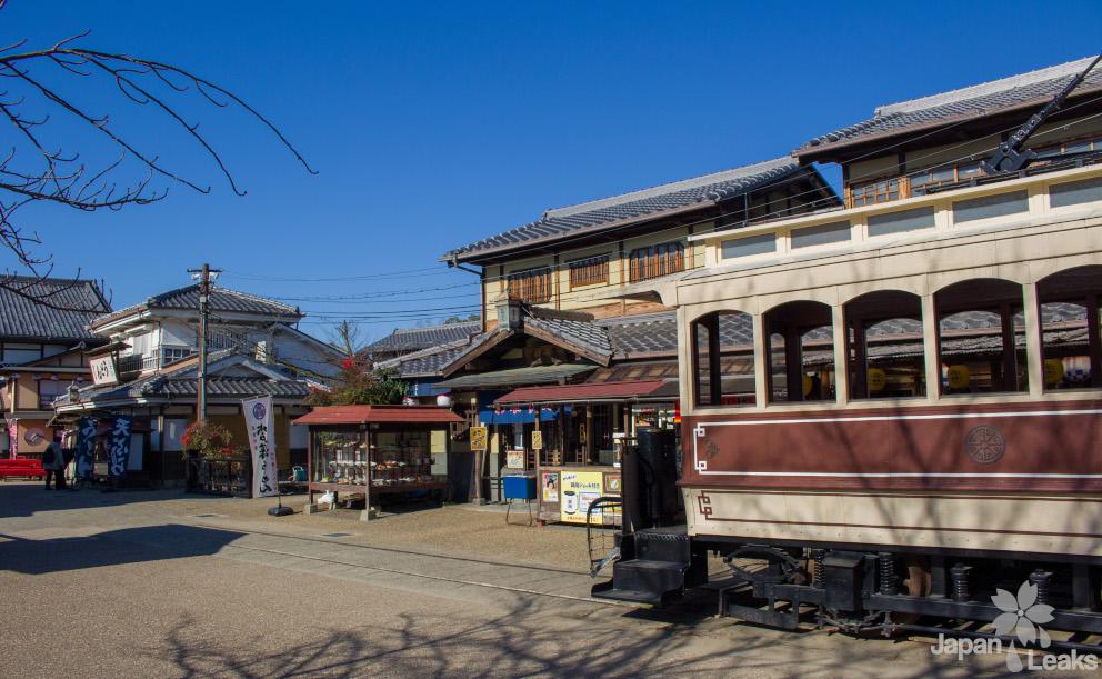 Foto eines Platzes in den Toei Studios mit einer Tram