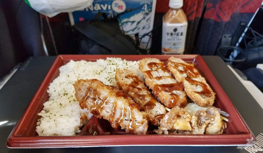 Foto eines Bentos in einem Shinkansen.
