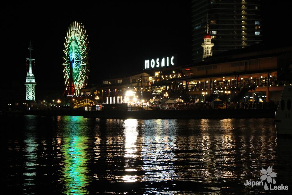 Foto des Hafenbereichs von Kobe bei Nacht.
